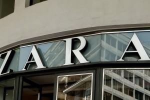 ZARA: Μπλούζα basic με V ντεκολτέ - Κοστίζει μόνο 5,95 ευρώ