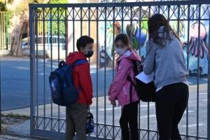 Χτύπησε το πρώτο κουδούνι: Οι πρώτες εικόνες από τα σχολεία! με self test στο χέρι