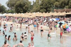 Πρώτο Σαββατοκύριακο «ελευθερίας»: «Βούλιαξαν» για δεύτερη ημέρα οι παραλίες - Γέμισαν εστιατόρια και καφέ (Video)