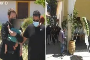 Έγκλημα στα Γλυκά Νερά: Συγκλονίζει η εικόνα του πατέρα με το 11μηνών κοριτσάκι του - Το τελευταίο αντίο στην 20χρονη Κάρολαϊν (Video)