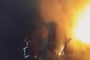 Νταλίκα έπιασε φωτιά εν κινήσει στην παλαιά E.O Αθηνών-Κορίνθου - Διεκόπη η κυκλοφορία και στα δύο ρεύματα (Video)