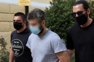 Έγκλημα στα Καλύβια: Ψυχιατρική πραγματογνωμοσύνη ζήτησαν οι δικηγόροι του 32χρονου