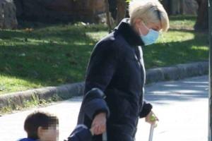 Αγνώριστη η Σία Κοσιώνη: Για βόλτα με τον γιο της στο κέντρο! Δεν την γνώρισε κανείς