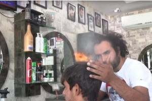 Αυτός ο μπαρμπέρης κουρεύει τα μαλλιά με φλόγιστρο και μπαλτά
