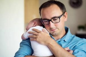 Νέο νομοσχέδιο για τις γονικές άδειες: Θα παίρνουν και οι νέοι πατέρες ενώ θα προστατεύονται και από απόλυση!