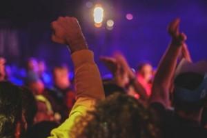 Κορωνόπαρτι σε βίλες στη Μύκονο με γνωστό DJ, αφίσες και 1.299 ευρώ είσοδο