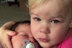 Πήρε αγκαλιά τη νεογέννητη αδερφή της και έτρεξε κλαίγοντας στη μαμά της. Ο λόγος; Θα σας αφήσει άφωνους!