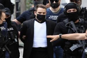 Αποκλειστικό: Το μυστικό κρύβεται στο... αλεξίσφαιρο γιλέκο! Γιατί φορούσε ο πιλότος στα δικαστήρια; Σπανίως ΟΠΚΕ συνοδεύει ένα... δολοφόνο!