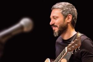 Ο Αλκίνοος Ιωαννίδης τραγουδά στο Gazarte