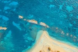 """Αρτολίθια: Η εκπληκτική παραλία του Ιονίου με τα γαλαζοπράσινα νερά που είναι πάντα """"λάδι"""""""