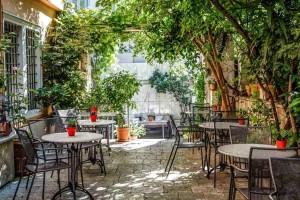 8+1 μαγαζιά στην Αθήνα με μυστικούς κήπους και αυλές για εξαιρετικό καφέ και δροσιστικά cocktails