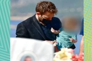 Γλυκά Νερά: Συγκλονίζει η φωτογραφία του πιλότου αγκαλιά με το μωρό πάνω από τον τάφο της Καρολάιν