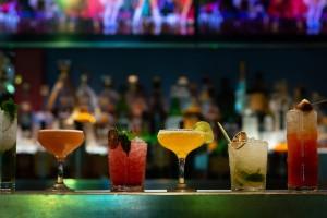 4+1: Τα καλύτερα μαγαζιά για cocktails σε παραθαλάσσια μέρη της Αττικής