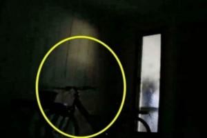 Κάμερα ασφαλείας καταγράφει μια σκιά - Αυτό που συμβαίνει λίγο μετά είναι σοκαριστικό (Video)