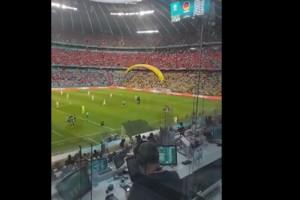 Euro 2020: Απίστευτο περιστατικό - Εισβολέας έπεσε... με ανεμόπτερο στο Γαλλία-Γερμανία