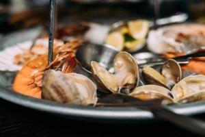 4+1 μαγαζιά στη Λούτσα για να απολαύσετε τα θαλασσινά σας
