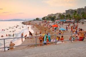 """9+1: Παραλίες στην Αττική για να κάνετε το μπάνιο σας χωρίς είσοδο - Ποιες βραβεύτηκαν με """"Γαλάζια Σημαία"""""""
