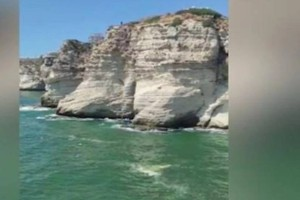 Βίντεο σοκ: Άνδρας βουτά από γκρεμό 36 μέτρων και «σκάει» πάνω σε σκάφος