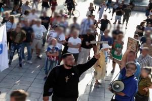 """Με σημαίες, σταυρούς και σύνθημα """"Νίκη ή θάνατος"""" οι αντιεμβολιαστές - Νέες συγκεντρώσεις σε Σύνταγμα και Θεσσαλονίκη"""