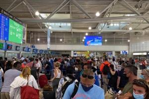 """Κόλαση στο """"Ελευθέριος Βενιζέλος"""": Μια ώρα να παραδώσεις βαλίτσα, τρομερές καθυστερήσεις στις πτήσεις!"""