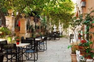 """7+1: Τα πιο """"in"""" καφέ με δροσιστικές αυλές στην Αθήνα"""