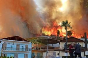 Φωτιά στην Αχαΐα: Κάηκαν σπίτια στη Ζήρεια - Εκκενώνεται και ο οικισμός Λόγγος