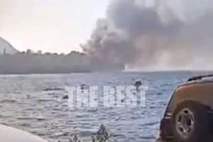 Φωτιά στην Αχαΐα: Καίγεται το κλαμπ Μεντιτερανέ στο Λαμπίρι