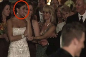 Όταν ο γαμπρός φίλησε αυτή τη γυναίκα μπροστά στη νύφη, όλοι πάγωσαν... (Video)