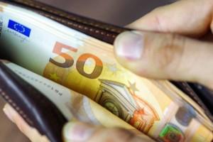 Ανατροπή με τον κατώτατο μισθό: Έρχεται αύξηση - Δείτε πόσα θα μπαίνουν στις τσέπες σας