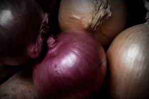 Οι διαφορές που έχουν τα άσπρα, τα κόκκινα και τα κίτρινα κρεμμύδια; Δείτε με ποια φαγητά ταιριάζει το καθένα!