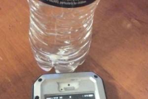 Πήρε ένα μπουκαλάκι νερό και το έβαλε δίπλα στο κινητό του. Το αποτέλεσμα εντυπωσιακό (video)