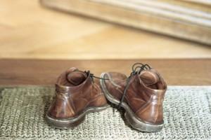 Γιατί δεν πρέπει να μπαίνετε ΠΟΤΕ με τα παπούτσια μέσα στο σπίτι