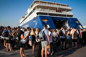 Όπου φύγει φύγει: Τρέχουν στο λιμάνι του Πειραιά για να ταξιδέψουν... υπό το βλέμμα του υπουργού