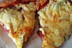 Λαχταριστή πίτσα εξπρές με ζύμη που θέλει μόνο δύο υλικά