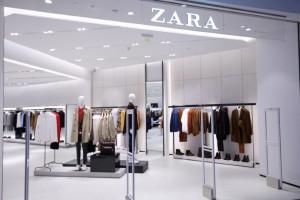 Απίστευτο το ολόσωμο μαύρο μαγιό στα Zara!
