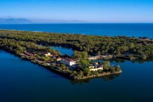 Ταξίδι στη Δυτική Ελλάδα: Η μαγευτική λίμνη με τα γαλαζοπράσινα νερά και το καταπράσινο τοπίο