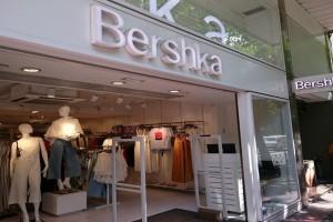 Bershka: Το θηλυκό μαύρο φόρεμα που σου χαρίζει κατευθείαν στιλ!