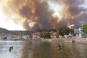 Φωτιά στην Εύβοια: Μεγάλος αγώνας των πυροσβεστών με τις φλόγες