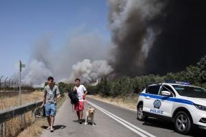 Φωτιά Βαρυμπόμπη: Ακούστηκαν εκρήξεις - Εκκενώθηκε κατασκήνωση - Διακοπή δρομολογίων της ΤΡΑΙΝΟΣΕ