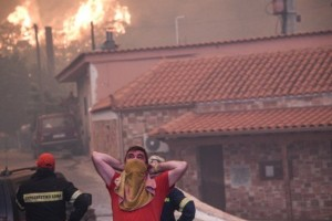 Ξέσπασμα κατοίκου της Εύβοιας για τη φωτιά: «Πυροσβεστικά με τρύπιες μάνικες»