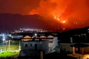 """Τεράστια πυρκαγιά 8 χιλιομέτρων """"κολάζει"""" και την Φωκίδα! Εκκενώνεται και ο Τολοφώνας"""