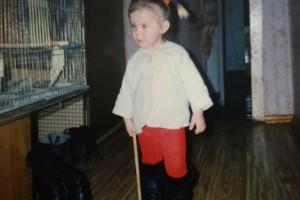 Βρήκε μια παλιά φωτογραφία από τότε που ήταν κοριτσάκι - Όταν όμως πρόσεξε τι υπάρχει στο φόντο, πάγωσε!