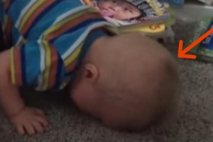 Η μαμά διάβαζε ένα παραμύθι στο παιδάκι της όταν ξαφνικά το είδε με το πρόσωπο στο πάτωμα. Ο λόγος; Δεν πάει το μυαλό σας!