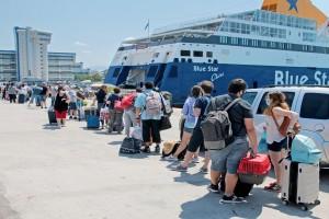 Όπου φύγει - φύγει οι αδειούχοι του Αυγούστου! Χαμός στο λιμάνι του Πειραιά