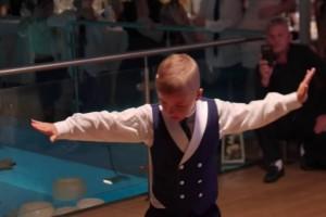 Πιτσιρικάς «μπουκάρει» και χορεύει το πιο λεβέντικο ζεϊμπέκικο στο γάμο της αδελφής του - Το βίντεο έφτασε τις 1.949.387 προβολές