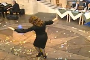 """Γυναικάρα στα μαύρα χορεύει βαρύ ζεϊμπέκικο και γκρεμίζει το """"πλατό"""""""
