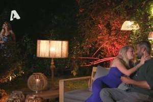 Κλάμα στο Bachelor: Ο Αλέξης φιλιέται, η Έλενα... τους βλέπει και τα παίρνει στο κρανίο!