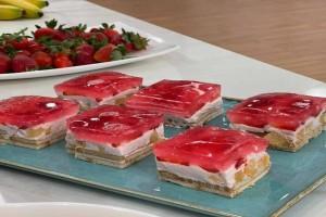 Γλυκό ψυγείου με γιαούρτι και ζελέ φράουλα χωρίς ζάχαρη