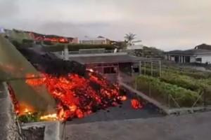 """Συγκλονιστικές εικόνες από την έκρηξη ηφαιστείου στην Ισπανία: Η λάβα """"καταπίνει"""" σπίτια!"""