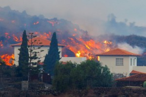 Κόλαση του Δάντη από την έκρηξη ηφαιστείου στα Κανάρια Νησιά: Η λάβα θα φτάσει στη θάλασσα μέχρι το βράδυ - Καίγονται σπίτια, κινδυνεύουν ζωές! (videos)